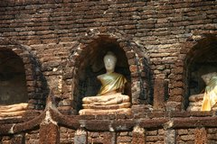 One of the few remaining Buddha statues at Wat Chang Lom