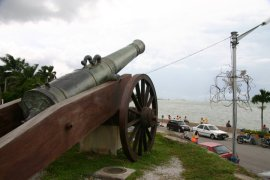 Cannon overlooking the sea at Fort Cornwallis